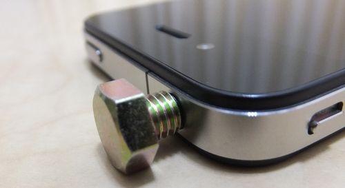 iPhoneのイヤホンジャックにボルトを付けてみた