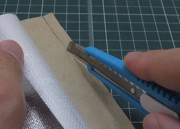 剥離紙を10mm程度の幅でカット