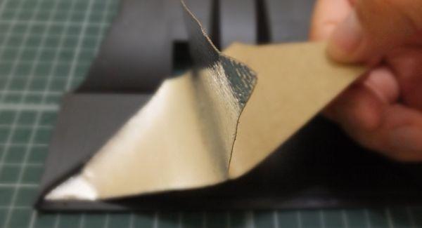 徐々に剥離紙を剥がし貼り付けていく