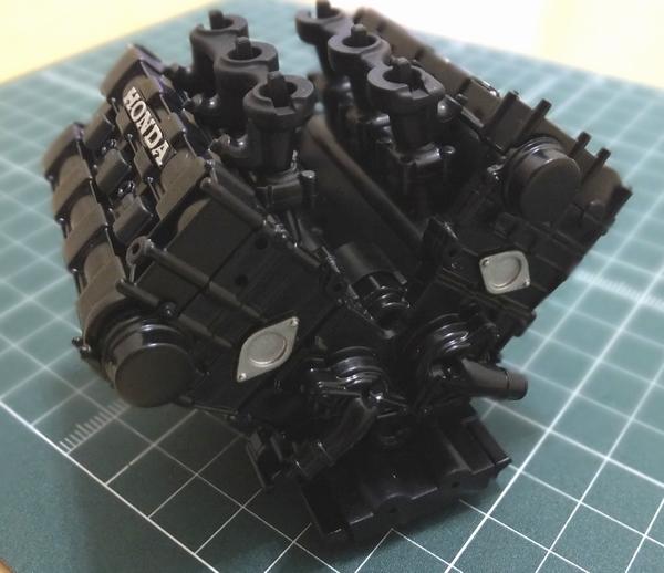 エンジンブロックにウォーターポンプを左右取り付け