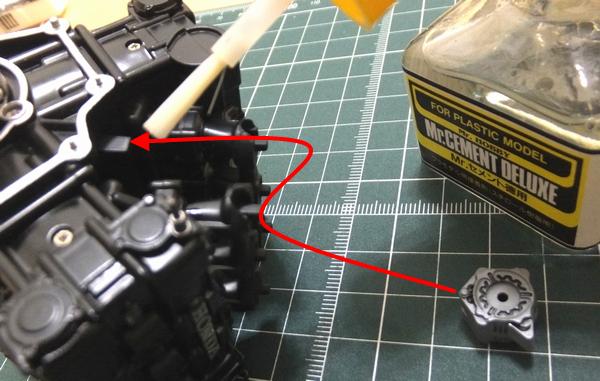 エンジンブロックの突起部分にオルタネーターを差し込む