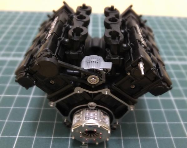 エンジンブロックにオルタネーターとオルタネーターベルトの取り付け