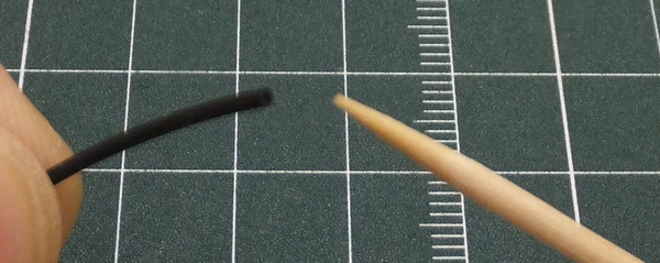 ホースA先端に瞬間接着剤を少量塗る