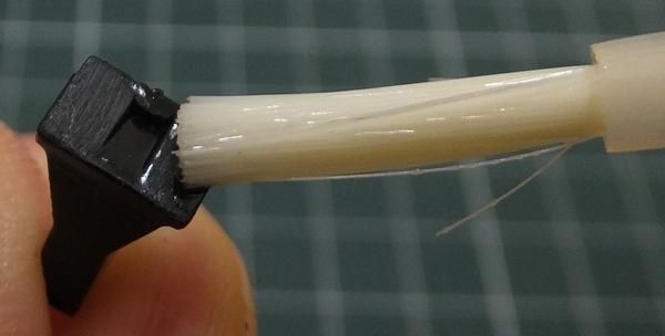 スロットルケーブルブラケットの接着面にプラモデル(スチロール樹脂用)接着剤を塗る