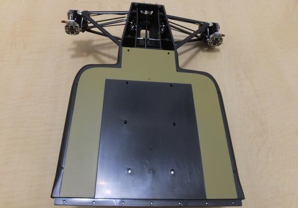 モノコック底部とアンダーパネル(前)