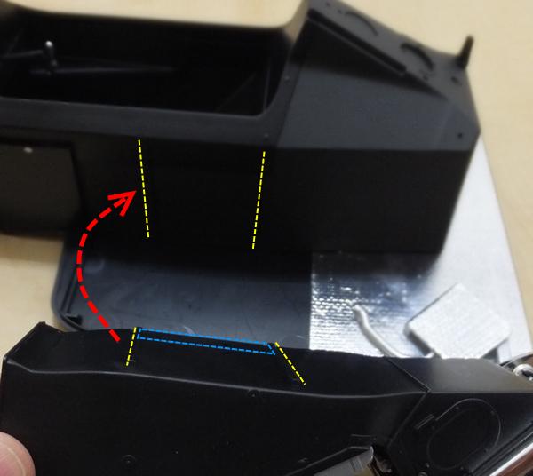 サイドポンツーン(左)の突起部分(黄)と、モノコック側の溝(黄)部分を組み合わせ