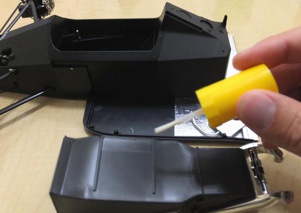 サイドポンツーン(左)の接着面にプラモデル(スチロール樹脂)用接着剤を塗り、モノコックに組み合わせ