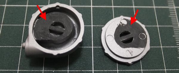 接着面の塗装をカッターの刃の無いところで削る