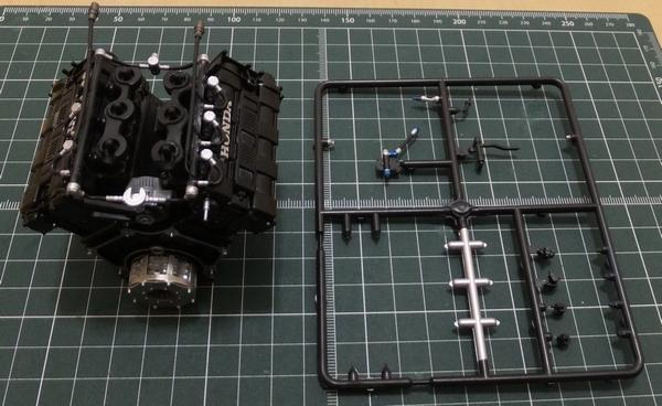 エンジンブロック、ランナーパーツ、フューエルコンプレッシャーと、ヘッドタンクホース