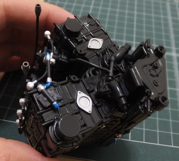 ヘッドタンクホースをエンジンブロック前面のウオーターポンプの穴に合わせ