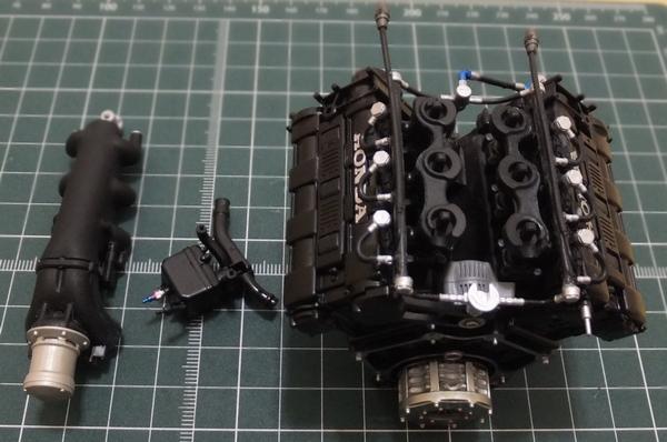 エンジンブロックと、ターボチャンバー、ヘッダータンク