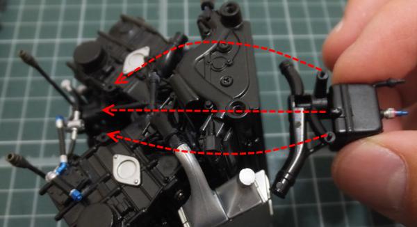 エンジンブロックの2箇所の穴と、ヘッダータンクホースの先端と、ヘッダータンクの突起と凹みを合わせ