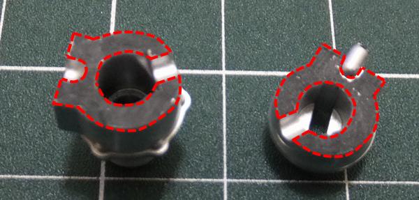 ウェイストゲート(後左)とウェイストゲート(前左)の接着面をカッターの刃の無いところで削る