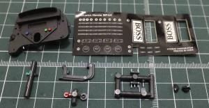 インストルメントパネル(後、前)、データレジストボタン(緑、黒)、消火器ボタン、ブレーキバランスアジャスター、スイッチ(2P)、ラジオコントロールスイッチ、スイッチ(3P)、ミクスチャー/ブーストコントロールと、インストルメントパネルラベル