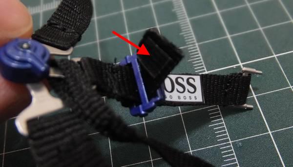 通したベルトの裏側に、5mm×5mmの両面テープを貼り付ける
