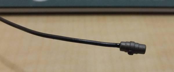 ワイヤーE(125mm)の反対側に瞬間接着剤を塗りコネクターの穴に差し込み1分ほど押さえる