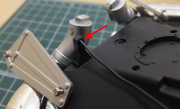 200mmにカットしたワイヤーC先端に瞬間接着剤を塗りメインボディ右後方ノスロットケーブルブランケットの穴に差し込み、1分程度押さえる