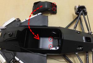 メインボディの2つの突起と、シートの2つの穴を組み合わせ