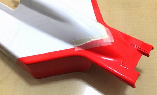 仮組み時同様に組み合わせ、中央部にマスキングテープ2枚を貼る
