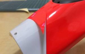 トップボディラベルA(21)をトップボディ前方に貼り付ける