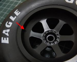 エアーバルブ取り付け用のホイールの凹みを確認