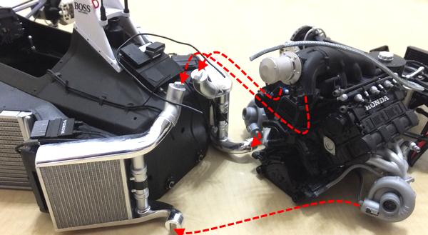 メインボディのインタークーラーパイプとエンジンブロックのスロットルボディを、ターボチャージャーとインタークーラーを組み合わせる