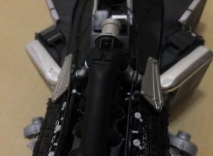 エンジンマウントプレートをビスK、ビスLで固定