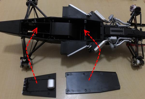 モノコックボトムプレート(後)と、フロントアンダーボディを用意しモノコックにはめ込む