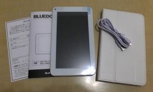 付属品は、タブレット本体、microUSBけーぶる、取扱説明書、保証書