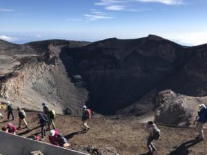 剣ヶ峰付近からの噴火口